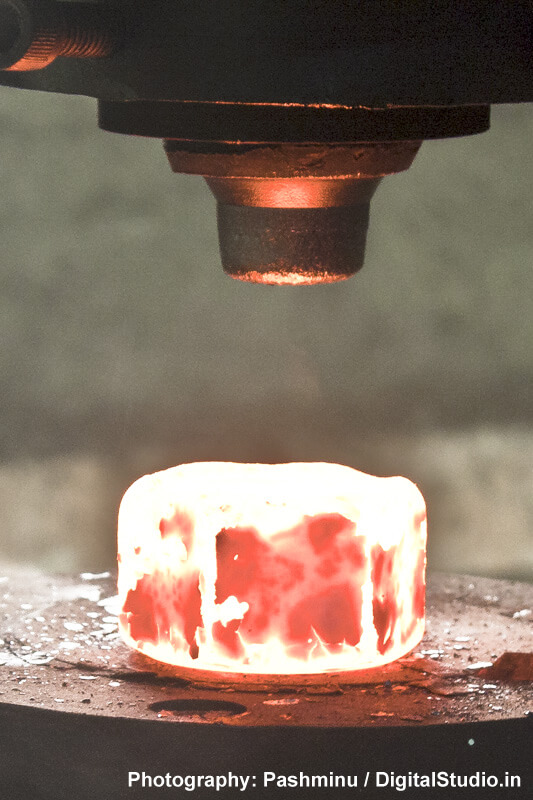 Punching of a metal object in a foundry